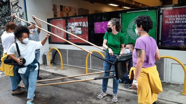 Performer Eleonora Fabião realiza ação que une a SP Escola de Teatro e outras instituições públicas na 34º Bienal de São Paulo