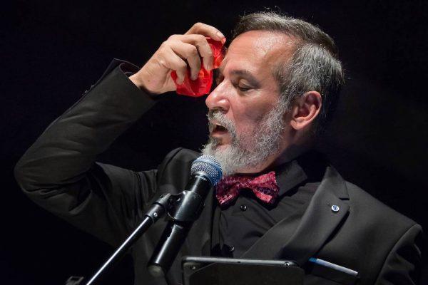 Ivam Cabral está em cartaz em dose dupla no teatro digital