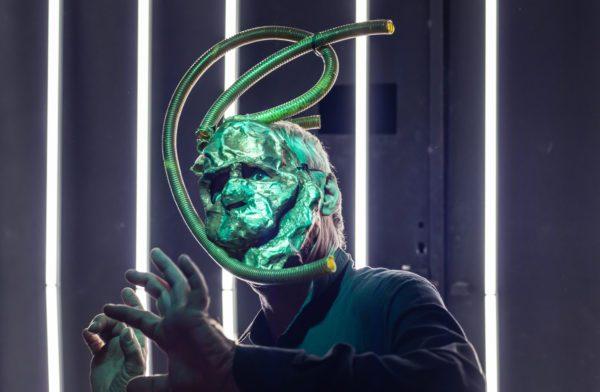 Grupo Os Satyros dá continuidade a pesquisa de linguagem virtual em drama distópico