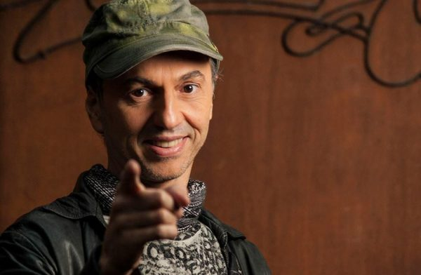 Zeca Baleiro lança clipe artístico gravado na quarentena; veja Tu Não Sabes
