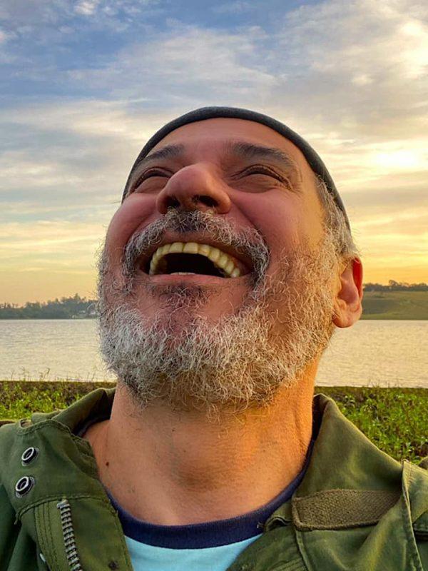 ENTREVISTA | Pioneiro do teatro digital, Ivam Cabral retoma solo e diz: 'Temos futuro'