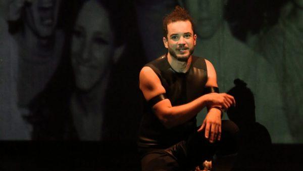 Thiago Mendonça vive robô responsável por dar ordens à plateia em peça sem elenco